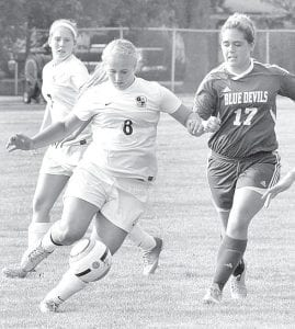 AHS junior Lauren Stuckey (8) passes the ball to a teammate in the Streaks' game with Springfield.– photo by Mario Gomez